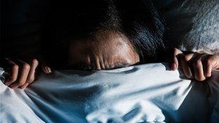 Spíte na břiše? Nový průzkum ukazuje, o čem to vypovídá