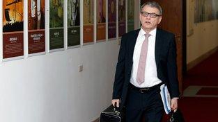 Ministr zahraničí Lubomír Zaorálek požádá o odvolání Janečka i Schillerové
