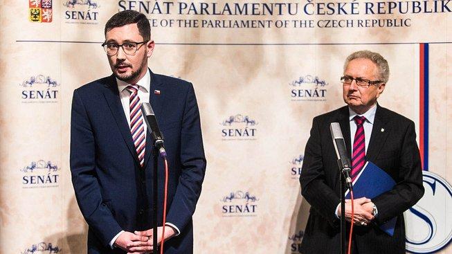 Podle senátora Jana Veleby se Senát změnil v nástroj politického boje s prezidentem Zemanem.