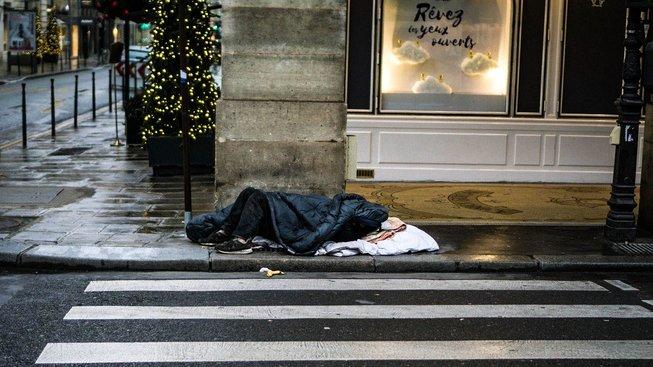 Lidé v Paříži čekají nablýskanou nádheru a na ulicích místo toho potkávají stovky bezdomovců. Ilustrační snímek