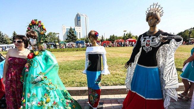 Na východě Ukrajiny módní návrháři ve svých kolekcích sází na vlastenectví
