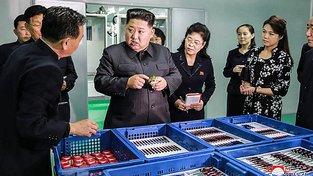 Kim se rád kouká na chemikálie - i když tentokrát jde jen o kosmetiku