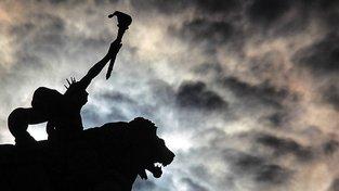 Sousoší Genia se lvem na střeše budovy České národní banky