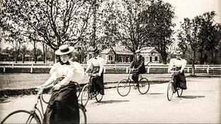 Cyklistka a cyklistky ve vídeňském Prátru, rok 1895