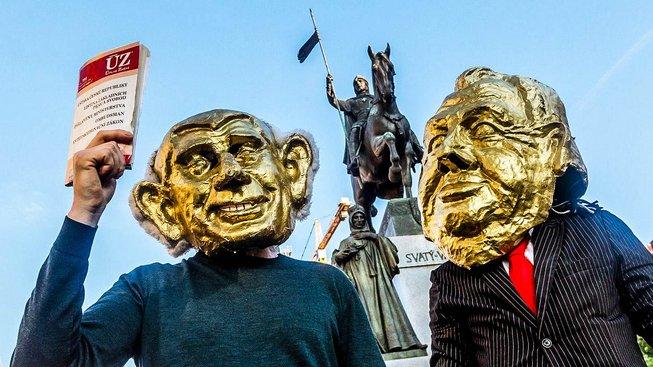 Demonstranti v maskách Babiše a Zemana během jarních protestů
