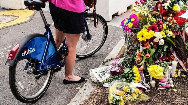 Květiny za oběti teroristického útoku na cyklisty v New Yorku