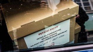 Petiční archy s podpisy pro Miloše Zemana