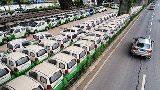Čína výrobu elektromobilů dotuje, ale místní produkce je i přesto příliš drahá. Navíc modely mají do vzhledu běžných aut trošku dál, což zákazníky odrazuje...