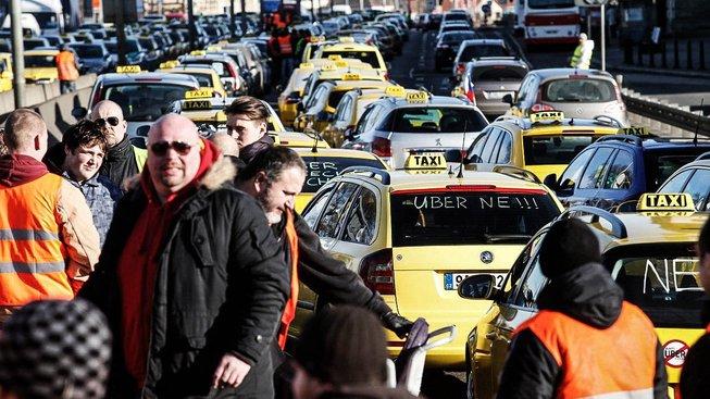Taxikáři znovu plánují protestovat pomalou jízdou ulicemi