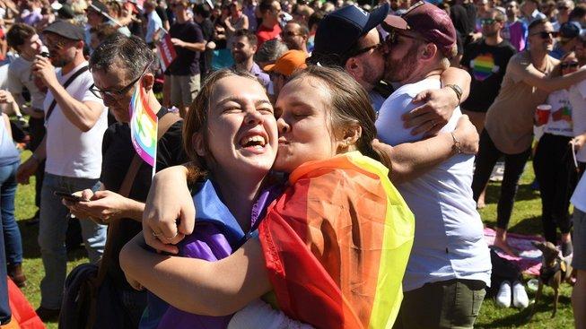 Australané hlasovali pro sňatky gayů a leseb
