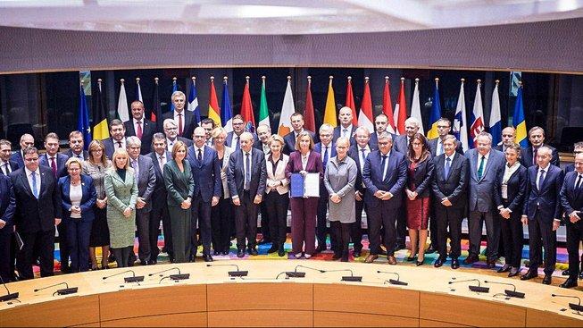 Federica Mogheriniová hrdě prezentuje podpisy pod PESCO