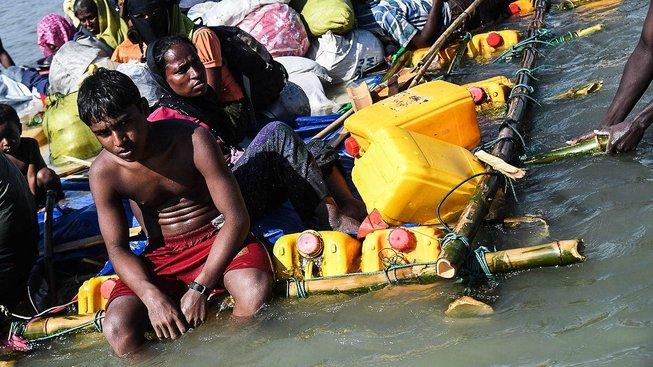 Rohingové se snaží dostat do Bangladéše přes řeku. Vory mají postavené z barelů od oleje, v jenom z podobných barelů přeplul řeku i třináctiletý Nabí Husajn. Ilustrační snímek