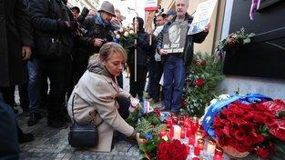Češi se scházejí u památníku na Národní třídě