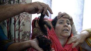Útočníci muslimským ženám z Kašmíru ustřihávají copy