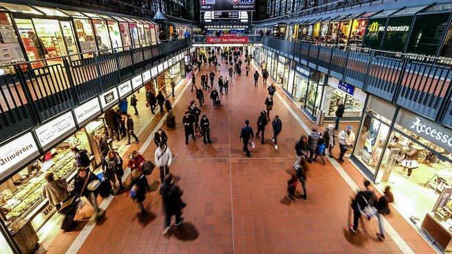 Nádraží se mění v obchodní centra. Ilustrační snímek