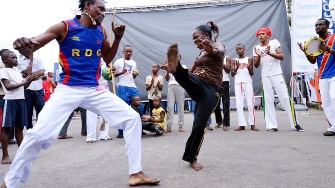 Bezplatné lekce bojového umění capoeira pomáhá dětem a mladým lidem v Kongu srovnat se s prožitým sexuálním násilím a nabýt znovu sebevědomí