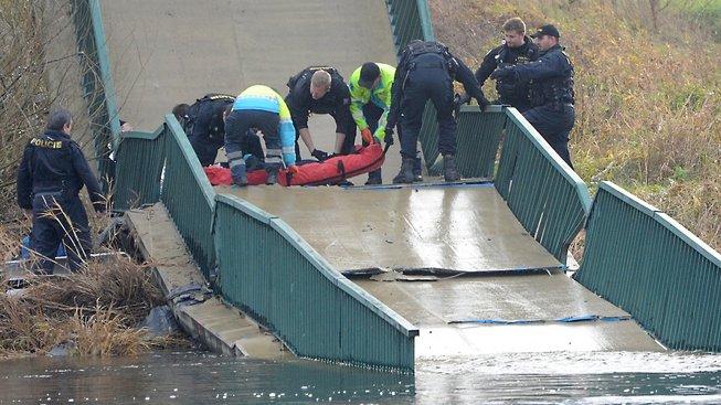 Při pádu lávky byli zraněni čtyři lidé
