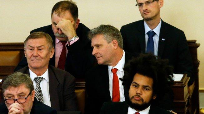 Stanislav Grospič (uprostřed) na ustavující schůzi Poslanecké sněmovny