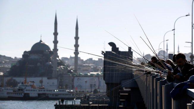Istanbul je rájem rybářů. Jen ryb kvůli tomu ubývá