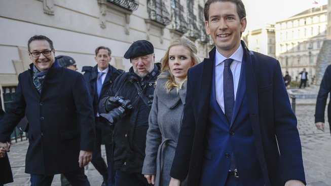 Sebastian Kurz (vpravo)  stojí v čele nové rakouské vlády