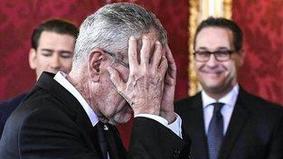 Rakouský prezident Alexander Van der Bellen při jmenování nové vlády, za ním kancléř Sebastian Kurz a vicekancléř Heinz-Christian Strache