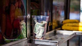 Ve Spojených státech tvoří v některých povoláních spropitné většinu platu a při platbě v hotovosti se považuje za samozřejmost. Ilustrační snímek