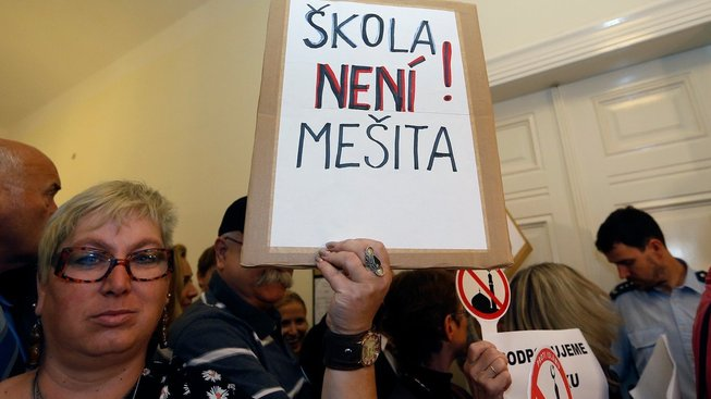V září do soudní síně dorazila řada demonstrantů podporující vedení školy