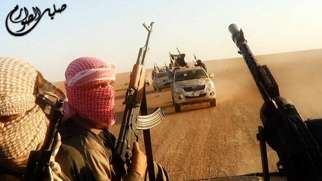 Ozbrojení bojovníci Islámského státu (Ilustrační snímek)