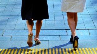 Hemline index, nebo-li index délky sukní, tvrdí, že v době ekonomického vzestupu se sukně zkracují a v době poklesu prodlužují. Ilustrační snímek