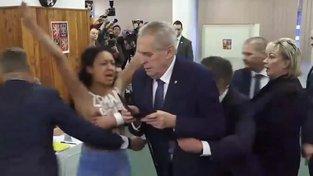 K Miloši Zemanovi přiběhla polonahá aktivistka