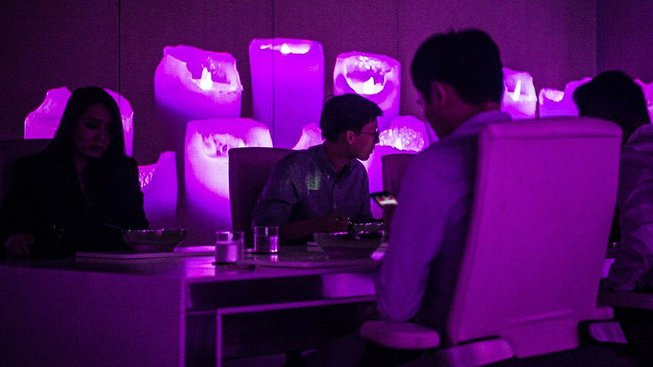 Hosty restaurace Ultraviolet šéfkuchaře Paula Paireta čeká za jejich peníze unikátní zážitek
