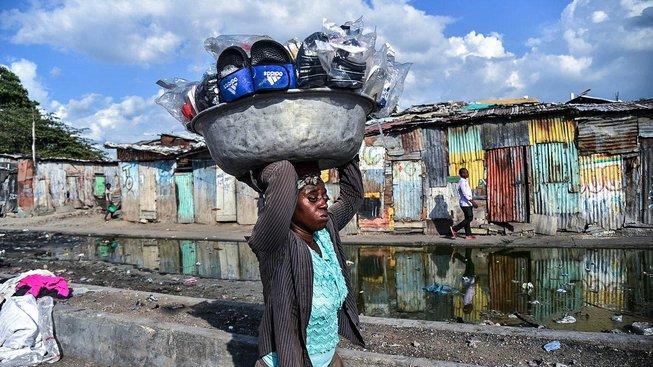 Prodavačka sandálů v haitské metropoli Port-au-Prince