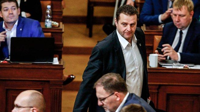 Poslanec KSČM Zdeněk Ondráček (stojící uprostřed)
