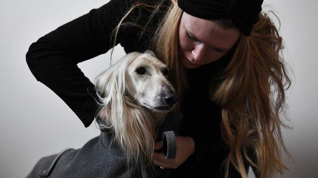 Italská módní návrhářka Giovanna Temelliniová (není na snímku) vyrábí psí oblečení na míru
