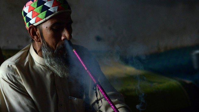 Islám drogy zakazuje, ale v konzervativním Pákistánu si na hašiš nenechají sáhnout