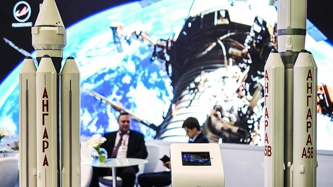 Stánek Roskosmosu s maketami Angary na loňském Mezinárodním ekonomickém fóru v Petrohradu