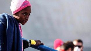 Mladá migrantka po příjezdu do Itálie