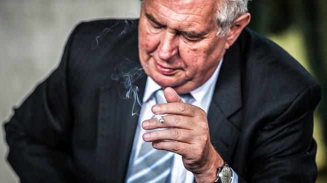 Miloš Zeman sedící, kouřící