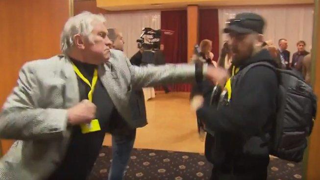 Bývalý boxer Karel Slezák rozdává rány