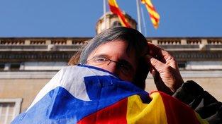 Lidé demonstrovali svoji podporu katalánské nezávislosti před budovou regionálního parlamentu