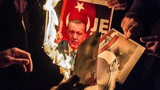 Kurdové protestující proti tureckému prezidentovi Erdoganovi
