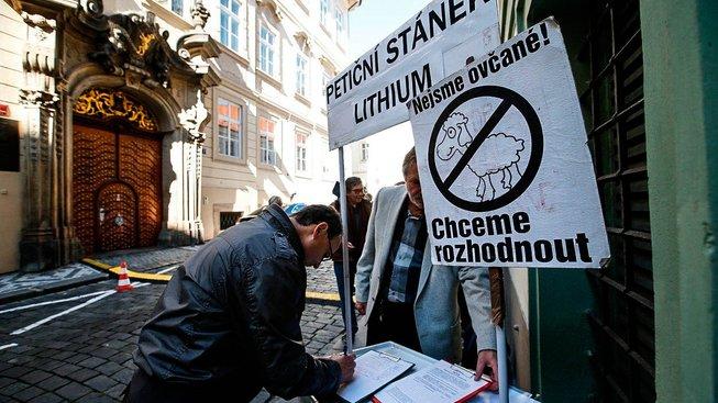 Petiční stánek kvůli lithiu během říjnové schůzky poslanecké sněmovny, která jednala na toto téma