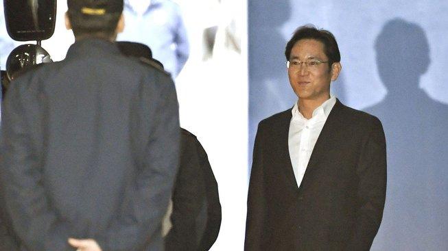 Zvrat v korupční aféře Samsungu: Odsouzený dědic je na svobodě