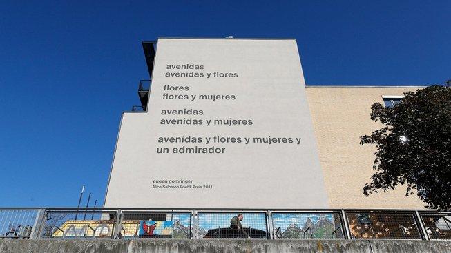 Kontroverzní Gomringerova báseň na fasádě berlínské univerzity