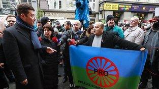Tomio Okamura s protestujícími Romy