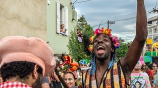 Amatérské kapely blocos během karnevalu v Riu hrají po celém městě, jejich průvody ulicemi často následují desítky tisíc lidí