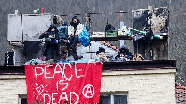 Squatteři během protestního obsazení budovy
