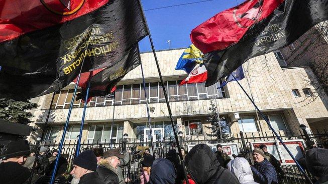 Protest ukrajinských nacionalistů před polskou ambasádou v Kyjevě