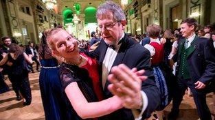 Edgar Kogler si přivydělává jako taneční doprovod žen na plesech
