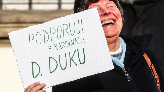 Podporovatelka kardinála Duky během happeningu před Pražským arcibiskupstvím